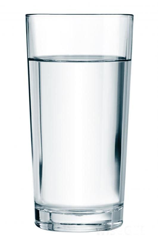 Одним из симптомов диабета типа 1 является употребление большого количества воды и других жидкостей.