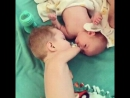 Безрукий малыш даёт братику соску