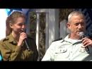 Один из солдат поют военнослужащая Шарон Киддушин и Начальник Генерального Штаба Армии обороны Израиля Бенни Ганц 2013