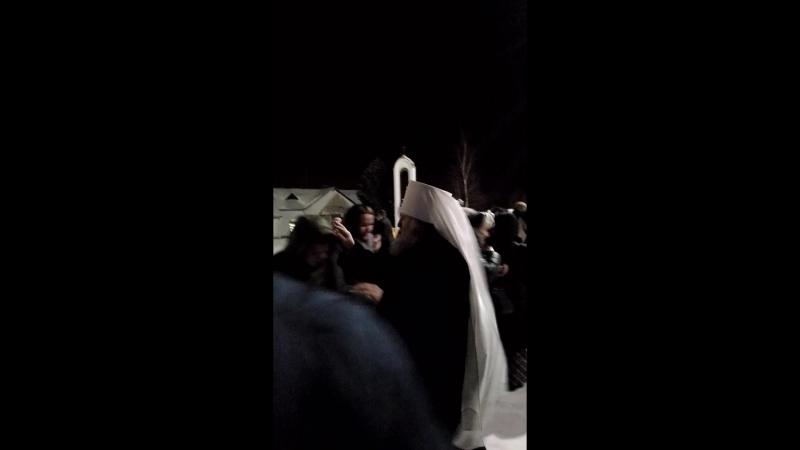 Митрополит Павел выход из храма Святого Духа Нефтеюганск