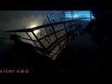 толстокожий в пальто на лесенке настырный ))) терминатор где то на 11 минуте темнота))