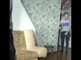 Приморский дед-боец отмудохал двух пацанов за то, что они слушали музыку днем и вышвирнул их из квартиры