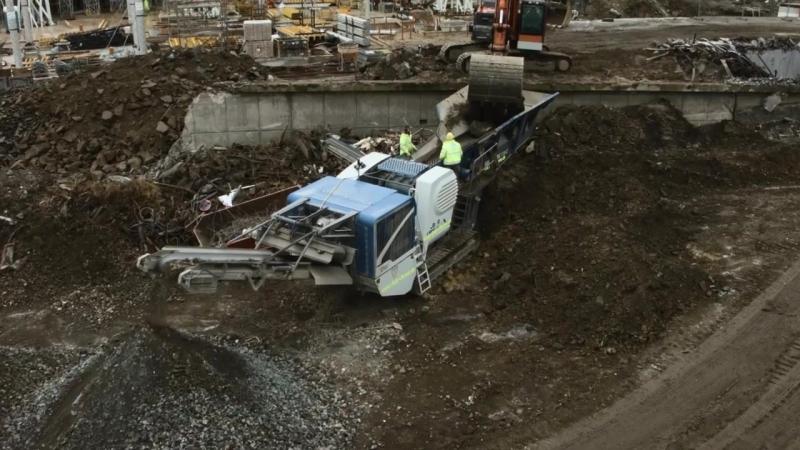 Дробилка KLEEMANN MOBICAT MC 110 Z EVO перерабатывает бетон на строительстве железнодорожной станции Doeppersberg в Вуппертале