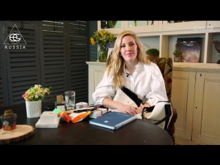 Inside Ellie Goulding's Handbag: Must Haves and Travel Essentials | Glamour UK (Rus sub)