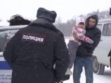 Сотрудники полиции спасли в Курской области семью с детьми, застрявшую ночью в снежном поле
