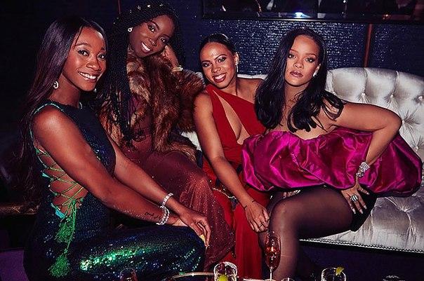 #News Рианна отметила 30-летие в ярком платье среди друзей: ДиКаприо, Хилтон и бойфренд-миллиардер на вечеринке