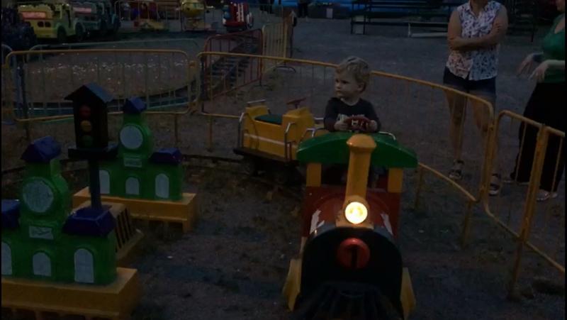 Саша катается на паравозике.