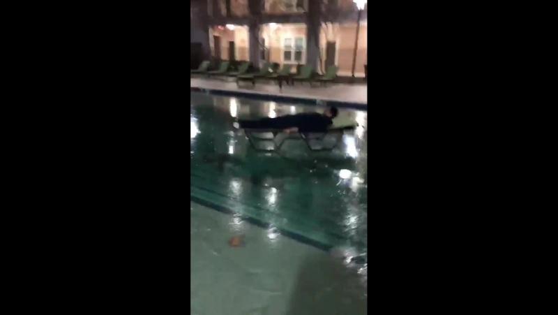 Катание на замерзшем бассейне