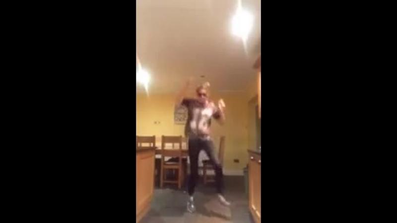 Девчонка прикольно танцует