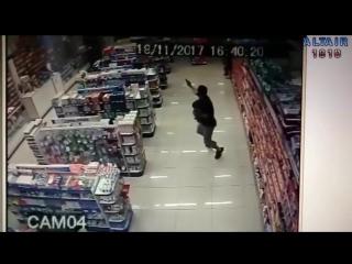 В Бразилии полицейский с ребенком на руках застрелил грабителей