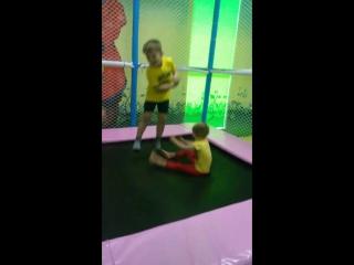 Неугомонные жёлтые футболки))