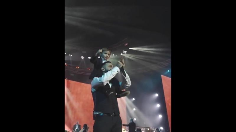 L'One спел свою песню на сцене вместе со своим сыном