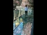 3D прикол, со стеклянным туристическим мостом.