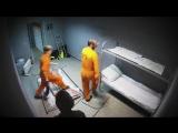 Заключенные громят камеру
