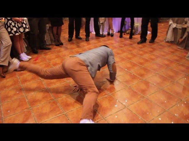 Жених танцует break dance для невесты!