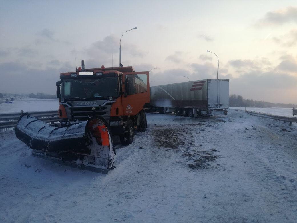 Под Новосибирском шофёр фуры умер при столкновении соснегоуборочным грузовым автомобилем