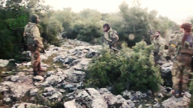 Боевики группировки Ахрар аль Шаркия во время взятия высоты Биски в районе города Раджа Африн