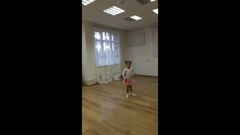 У Марианны третьяе занятие, И вот как она красиво танцует