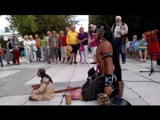 «Последний из могикан» индеец круто играет ...
