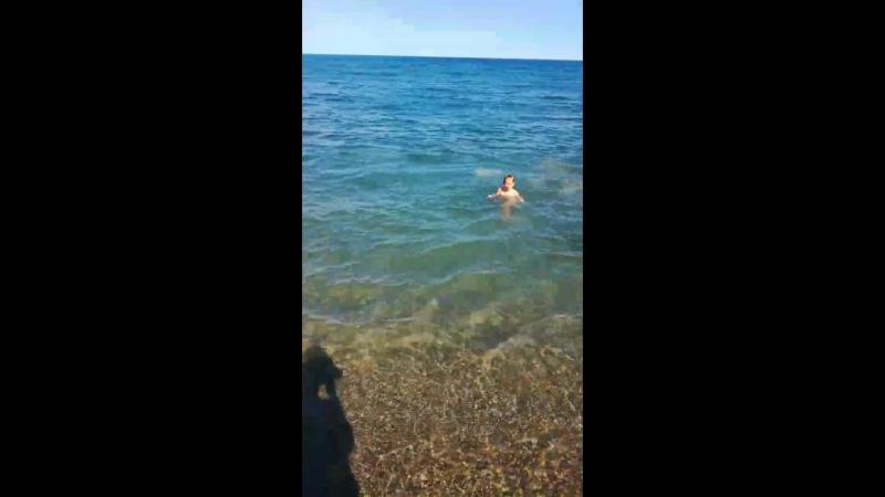 Женя научилась плавать