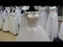 Свадебное платье с рукавами и пышной юбкой с куружевным купоном