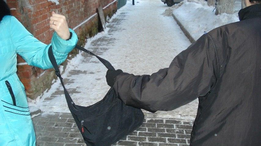 В Таганроге неизвестный мужчина, применив физическую силу, ограбил таганроженку рядом с домом