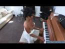 22 Шикарная пьяная мамка решила поиграть на пианино и не заметила что она почти голая