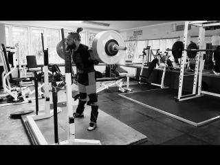 Алексей Никулин приседает 315 кг на 2 раза в наколенных бинтах