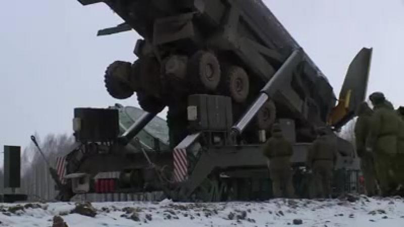 Загрузка МБР«Ярс» в шахтную пусковую установку в Козельском ракетном соединении