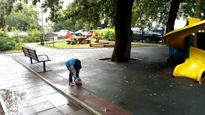 Московский дворик.Сынуля учится кататся на скейте)) 13 июля 2017