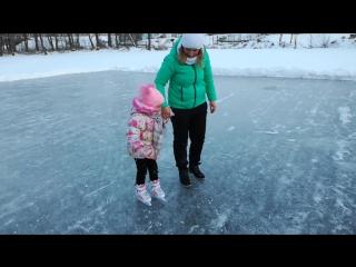 Первые шаги на коньках. Безумно горжусь НАШЕЙ!!) красоточкой *
