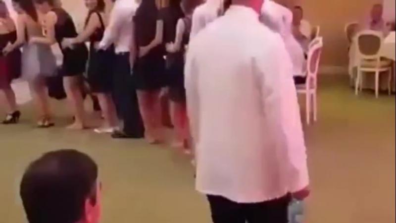 Мужичок распугал всех гостей телодвижением ))