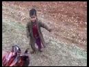 Солдат даёт сладости сирийскому ребёнку войны  Soldier gives sweets to the child of the Syrian war