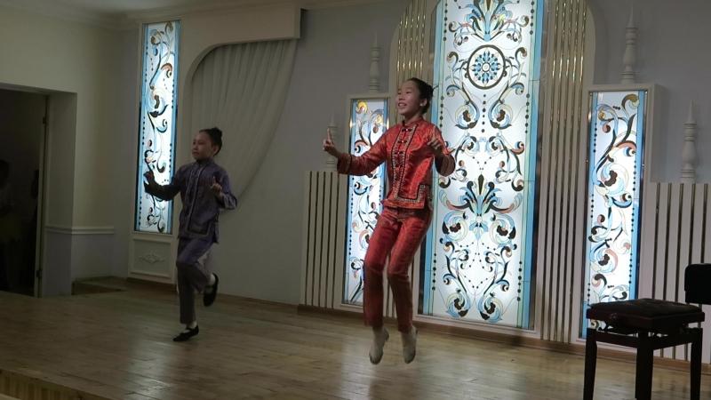 Китайский танец в исполнении Ани Киприяновой и Влады Андреевой. Покровск, Якутия. 17.05.2018