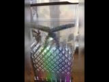 Видео основано на квантовой физике. Цветные шарики распределяются самостоятельно благодаря резонансу кристаллов кварца. Каждый ц