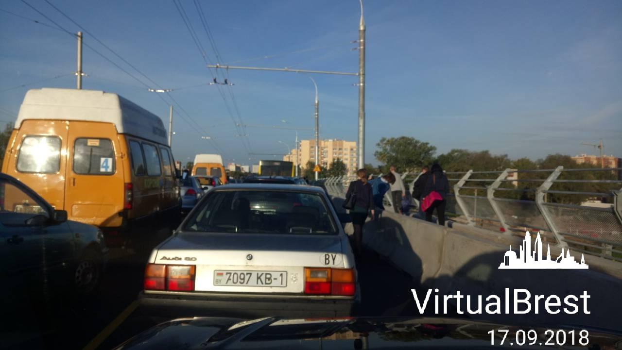 На Кобринском мосту движение затруднено. Почему и будет ли теперь так всегда?