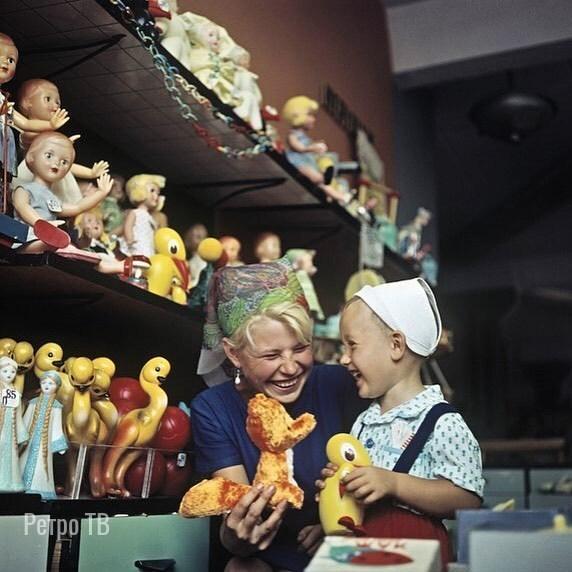 в магазине игрушек. 1960-е Спасибо за и подписку