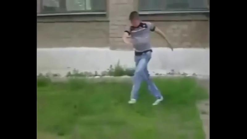 Парень прыгает с крыши и танцует
