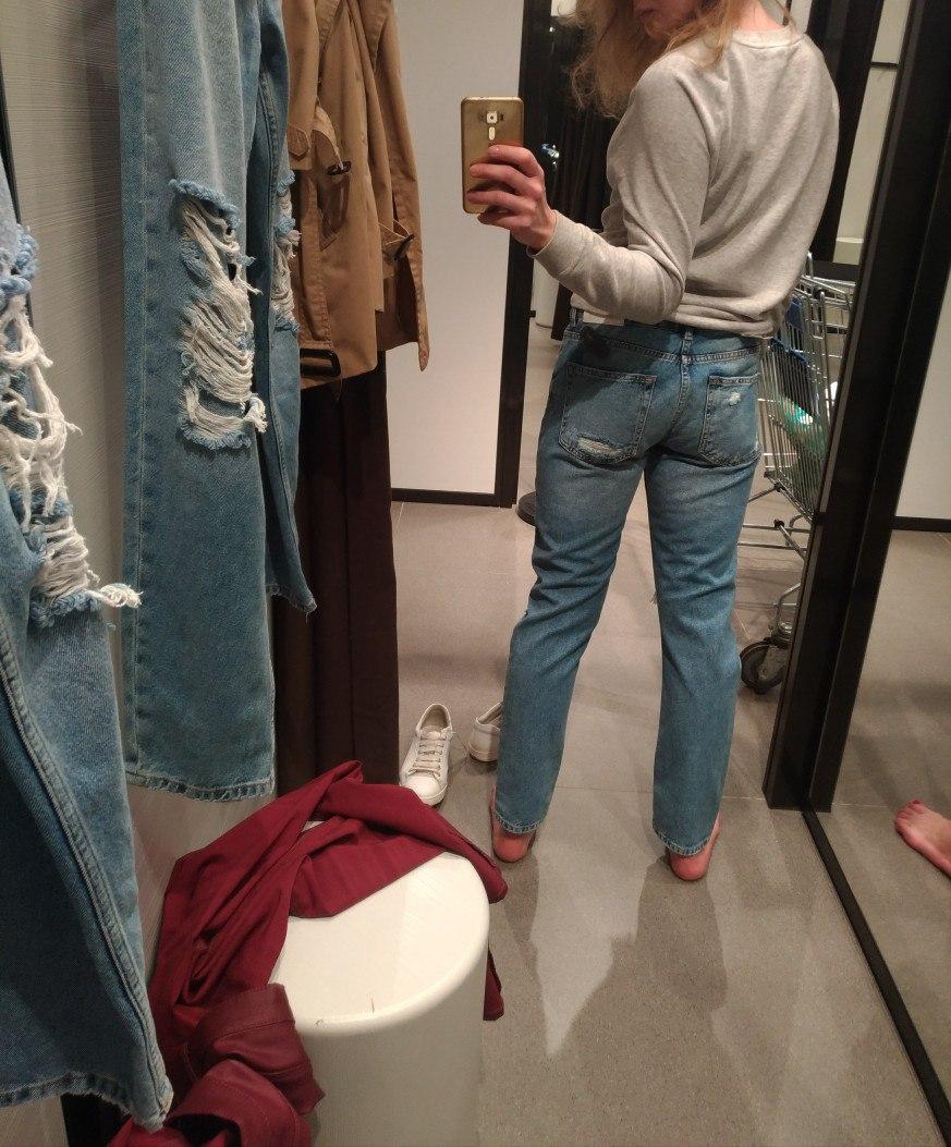 Попа джинсах
