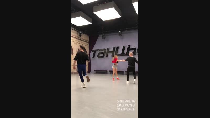IS: Бальные танцы и модельная походка.
