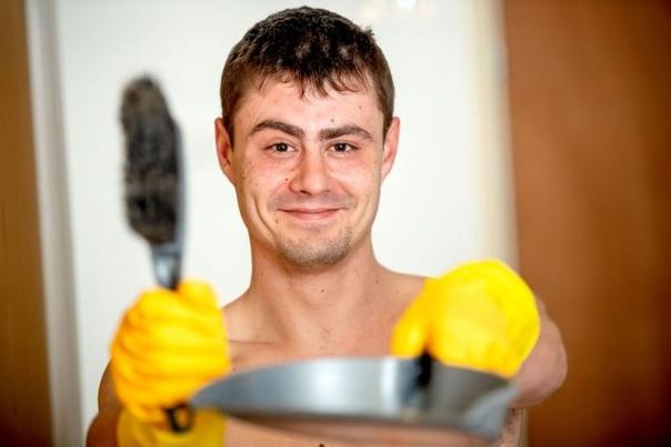 Строитель стал убирать дома голышом и не нарадуется своим заработкам 26-летний строитель, Даниэль Эйткен,