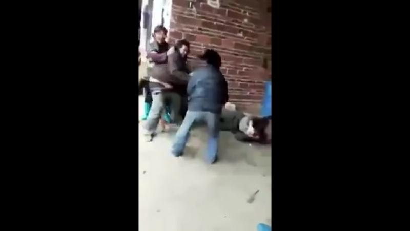 В Китае, некоторые дети выгоняют и издеваются над родителями за то, что они не могут им по