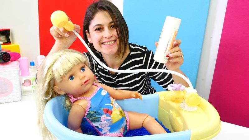 Ayşe Gül'e banyo yaptırıyor ve masaj yapıyor. Bebek bakma oyunu