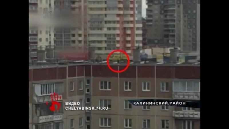 Высотный экстрим на скейте. Челябинцев шокировали детские игры на крыше многоэтажки.