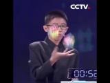 Мальчик собрал три кубика Рубика, жонглируя ими