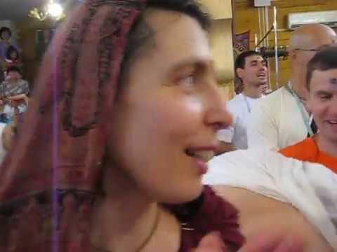 Воспевает и танцует Е.М.Чайтанья Чандра Чаран Прабху***г.ОМск 2011г