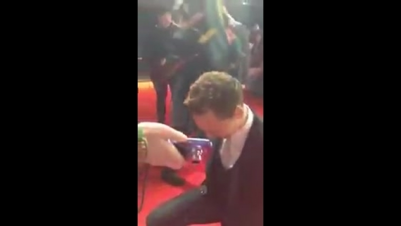 So. hiddles really kneeled for a fan who was cosplaying loki. we don't deserve him