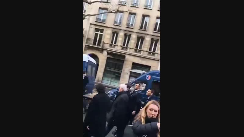 Macron de retour a Paris. Il a mis a feu la France mais il y a encore quelques illuminés pour lui dire bravo