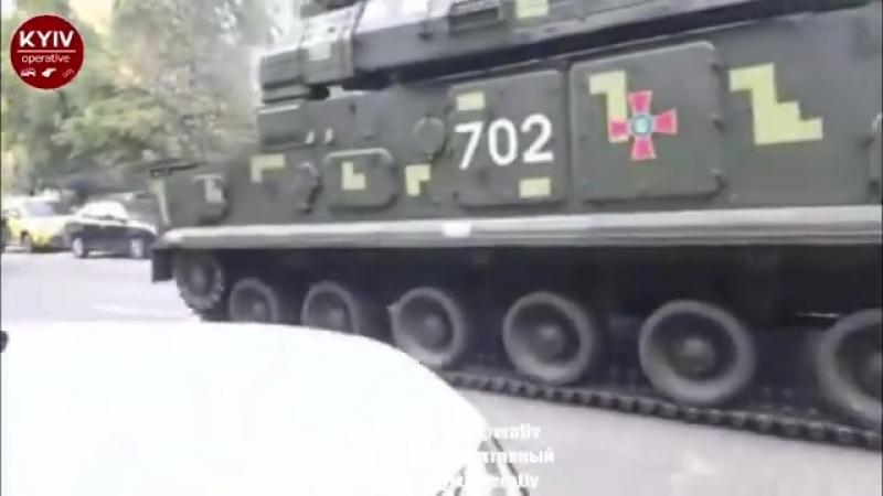 Типичная Украина: ВКиеве внедорожник нагло вклинился вколонну военной техники