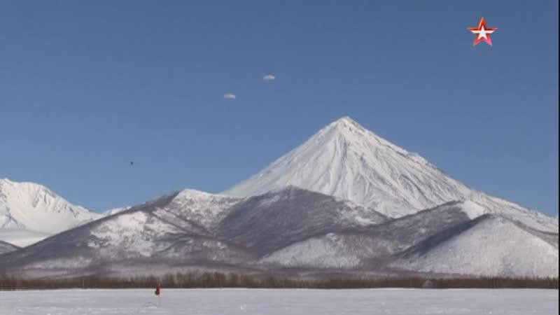 кадры первых в году прыжков с парашютом морпехов ТОФ